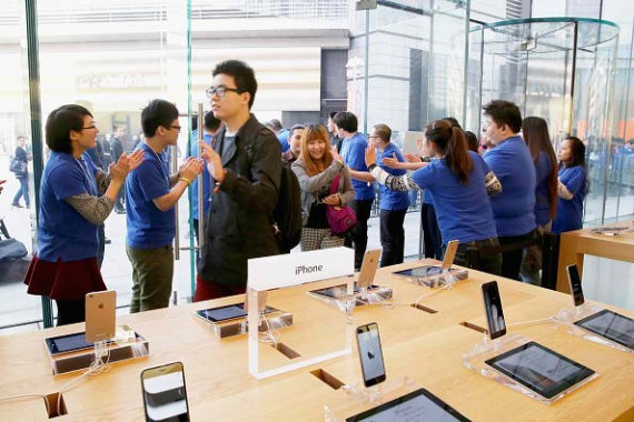 BEIJING, CHINA - OCTOBER 17: Apple store employees welcome the customers to buy iPhone 6 and iPhone 6 Plus at an Apple store on October 17, 2014 in Beijing, China.